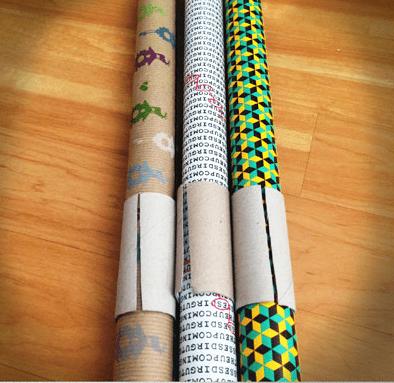 Alte Klopapierrollen um Geschenkpapier zusammenzuhalten