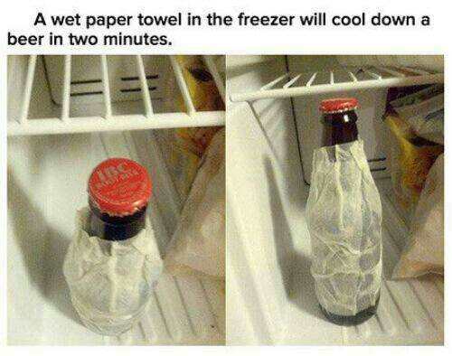 Einfach ein nasses Papier oder Küchenrolle um dein Getränk wickeln und es ist innerhalb von 2 Minuten kühl im Gefrierfach