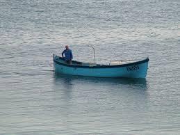 fischer sitzt in nem boot und angelt